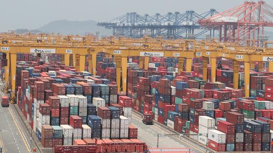 KDI가 한국 경제에 대해 10개월 연속 '부진' 판정을 내렸다. 부산 신항의 컨테이너 터미널 모습. [연합뉴스]