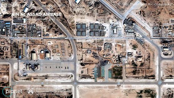 상업용 위성업체인 '플래닛 랩스'가 촬영한 사진을 분석한 결과 지난 8일(현지시간) 이란의 미사일 공격으로 이라크 알아사드 미군기지 곳곳이 파괴된 것으로 나타났다. 사진 속 흰색 원은 파괴된 건물들이다. [AP=연합뉴스]