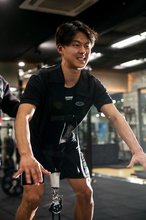 벨기에 신트트라위던 공격수 이승우가 지난 5일 서울 송파구의 한 피트니스 센터에서 체력훈련을 하고 있다. 우상조 기자
