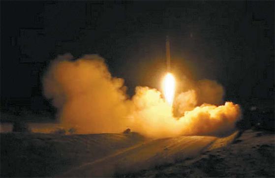 8일(현지시간) 이라크 알아사드 미군기지를 향해 발사되는 이란 미사일(왼쪽 사진). 이란 TV 화면 캡처.