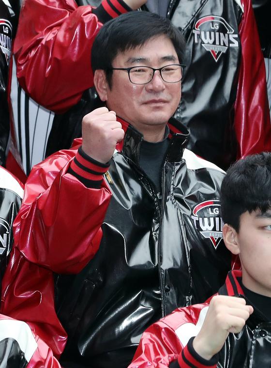 류중일 LG 감독이 8일 오후 서울 잠실야구장에서 열린 LG트윈스 신년하례식에서 파이팅을 외치고 있다. [뉴스1]