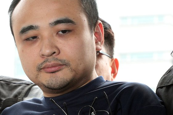 투숙객을 살해한 뒤 시신을 훼손해 한강에 유기한 혐의로 구속기소된 장대호 . [뉴스1]
