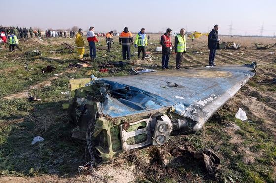 지난 8일(현지시간) 발생한 우크라이나 여객기 추락 사고 현장에 기체 날개가 부러진 채 놓여있다. [AFP=연합뉴스]