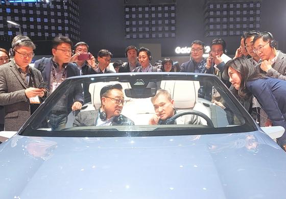 하현회 LG유플러스 부회장(오른쪽)과 고동진 삼성전자 사장이 7일(현지시각) 미국 라스베이거스에서 개막한 CES2020에서 삼성전자 부스에 설치된 5G(5세대) 이동통신 기반의 '디지털 콕핏 2020'을 체험하고 있다. [사진 LG유플러스]