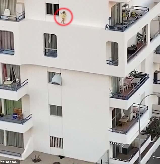 스페인 테네리페의 한 아파트에서 여자 아기가 창문 밖 아파트 외벽의 좁은 공간을 걸어가고 있다. [사진 페이스북 캡처]