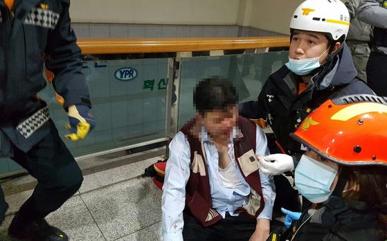2018년 11월 22일 충남 아산시 둔포면 유성기업 본관 2층에서 노조원들에게 폭행당한 임원 김모씨가 출동한 소방관들로부터 응급치료를 받고 있다. [중앙포토]