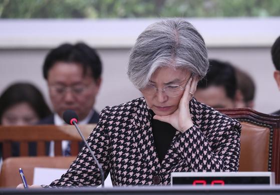 강경화 외교부 장관이 지난해 11월 7일 오후 국회에서 열린 외교통일위원회 전체회의에서 의원들의 질의를 받아적고 있다. 임현동 기자