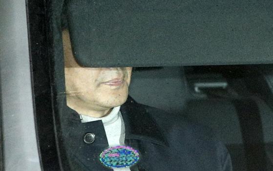 조국 전 법무부 장관이 6일 오후 서울 송파구 동부지방검찰청에서 유재수 전 부산시 경제부시장의 감찰무마 의혹에 대한 3차 비공개 조사를 마친 후 귀가하고 있다. [뉴스1]