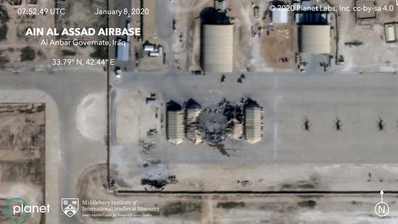 민간위성업체 플래닛랩스사가 8일(현지시간) 공개한 위성 사진. 이란의 미사일 공격으로 인한 이라크 주둔 아인 알아사드 미 공군기지의 피해 상황을 보여주고 있다. 흰색 동그라미가 쳐진 곳이 이란의 미사일 공격으로 피해를 입은 곳이다. [AP=연합뉴스]
