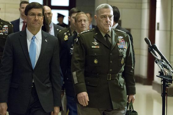 마크 에스퍼 미 국방장관(왼쪽)과 마크 밀리 미 합참의장(오른쪽)이 8일(현지시간) 미 의회에 이란 미사일 공격 사태를 보고하기 위해 도착했다. [AP=연합뉴스]