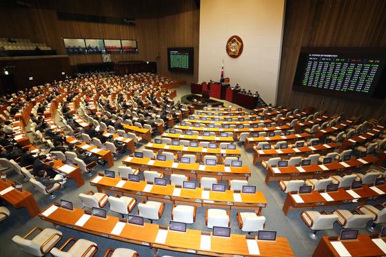 9일 오후 서울 여의도 국회 본회의장에서 열린 제374회 국회(임시회) 제2차 본회의가 자유한국당 의원들이 참석하지 않은 가운데 열리고 있다. [뉴스1]