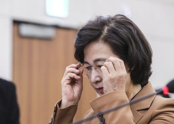 추미애 법무부 장관이 9일 오전 국회 법제사법위원회 전체회의에 출석해 안경을 쓰고 있다. 김경록 기자