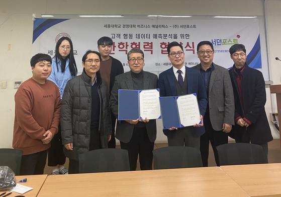 세종대 비즈니스 애널리틱스 김정욱 교수(왼쪽에서 5번째)와 서던포스트 정우성 대표(오른쪽에서 3번째)가 관계자들과 함께 기념 촬영을 하고 있다.
