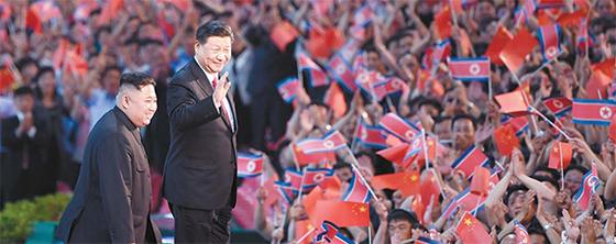 지난해 6월 평양을 방문한 시진핑 중국 국가주석이 5.1 경기장에 모인 10만 평양 주민의 환호에 답하고 있다. 시 주석과 김정은 국무위원장의 모습은 북·중 밀월관계를 보여준다. [사진 신화망 캡처]