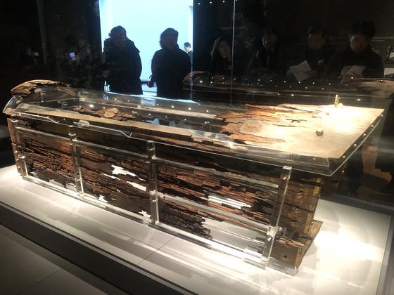 백제 무왕(재위 600~641)과 그의 왕비 무덤으로 추정되는 쌍릉 가운데 대왕릉의 무덤 방 안에서 나온 나무널(목관). 1917년 일제강점기 때 발굴된 지 103년 만인 10일 국립익산박물관 개관을 맞아 처음 공개됐다. 익산=강혜란 기자
