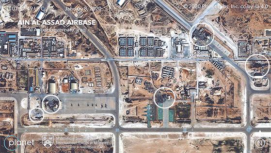 지난 8일(현지시간) 이란의 미사일 공격을 받은 이라크 알아사드 미군기지 위성사진이 공개됐다. 상업용 위성업체 '플래닛 랩스'가 촬영했다. 미군과 연합군이 주둔한 알아사드 기지의 다섯 곳(흰색 원) 시설이 타격을 받아 건물이 허물어지거나 주변부가 검게 변해버린 장면이 보인다. 일부 비행기 활주로에 미사일이 떨어진 장면도 나와 미사일 공격이 동시다발로 이뤄졌음을 짐작하게 한다. [AP=연합뉴스]