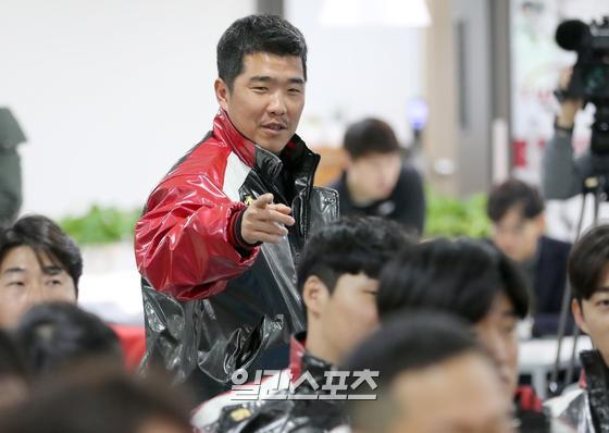 지난 8일 서울 잠실야구장에서 열린 LG트윈스의 신년 하례식. LG로 이적한 정근우가 행사장에 들어서고 있다.