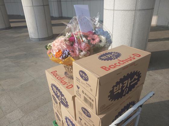 10일 오전 11시쯤 서울 서초구 대검찰청으로 배달된 박카스 1000병. 윤석열 검찰총장을 지지하는 익명의 시민이 보냈다. 김민상 기자