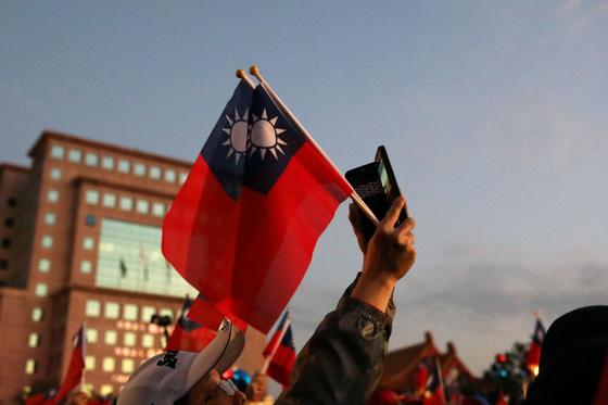 11일 민진당 현 차이잉원 총통과 국민당 한궈위 가오슝시 시장이 맞붙은 15대 대만 총통 선거가 치러진다. [로이터]
