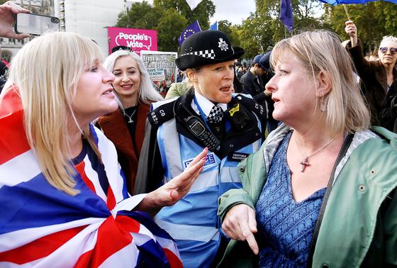 지난 해 10월 영국에서 브렉시트 찬성파와 반대파가 말다툼을 벌이고 있다. [로이터=연합뉴스]