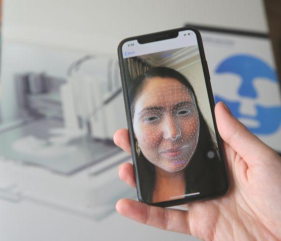 아모레퍼시픽이 CES 2020에서 공개한 '맞춤 마스크팩' 얼굴 계측 장면. [사진 아모레퍼시픽]