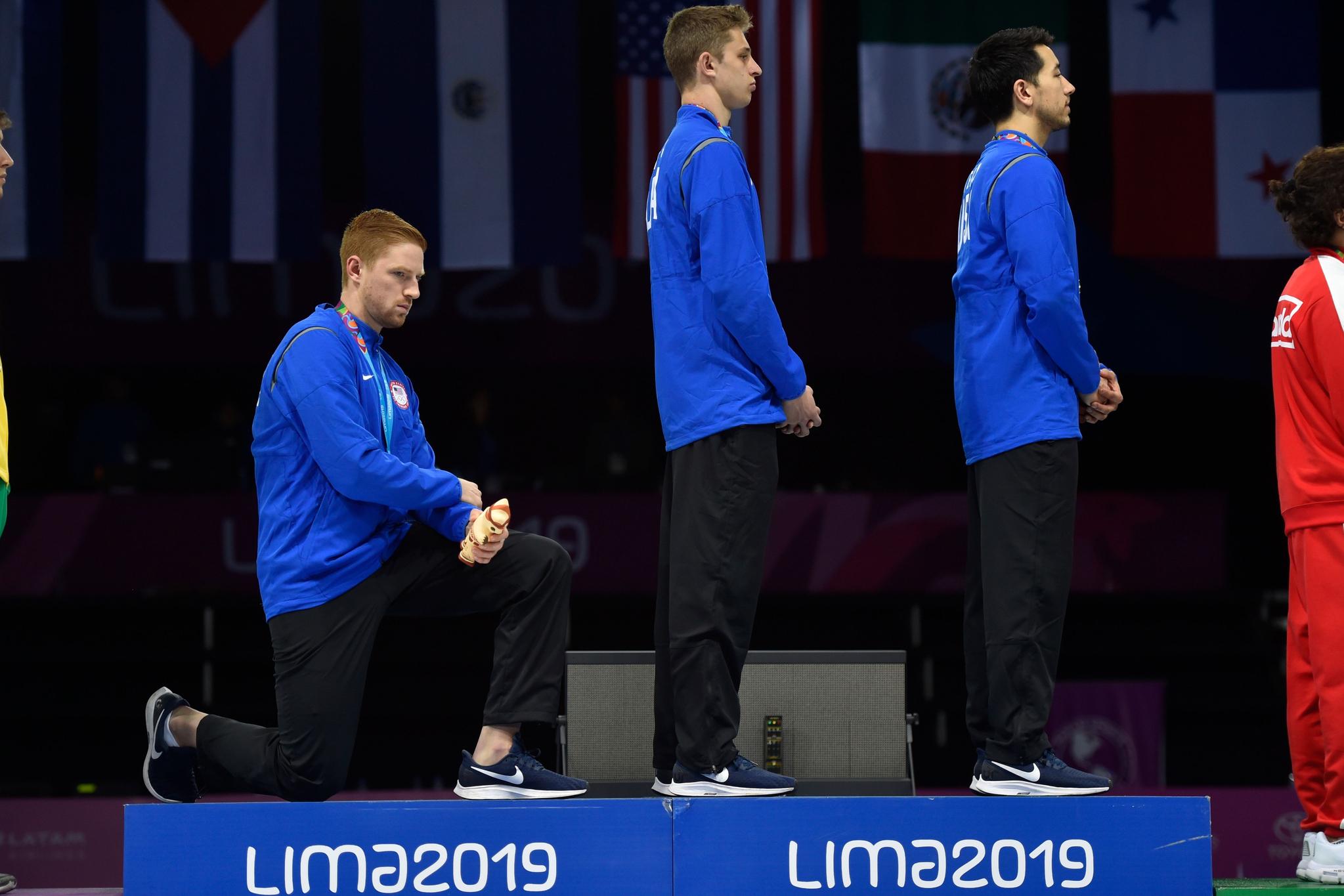 지난해 8월 팬아메리칸 게임에서 미국 펜싱선수 레이스 임보든이 시상대에서 무릎을 꿇었다. [AFP=연합뉴스]