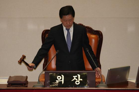 주승용 국회부의장이 9일 국회에서 열린 본회의에서 의사봉을 두드리고 있다. [연합뉴스]