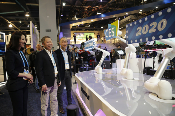 박정원 두산그룹 회장(사진 가운데)과 박지원 그룹 부회장(오른쪽)이 8일(현지시간) CES 2020이 열리는 라스베이거스 컨벤션센터의 두산 부스를 살펴보고 있다. [사진 두산]