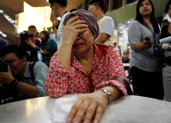 지난 2014년 우크라이나의 친러시아 반군에 의해 격추된 말레이시아 항공기 탑승객의 가족이 오열하고 있다. [로이터=연합뉴스]