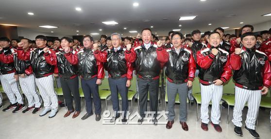 지난 8일 프로야구 LG트윈스의 신년 하례식이 8일 오후 서울 잠실야구장에서 열렸다. 참석자들이 파이팅을 외치고 있다.이날 행사에는 이규홍 대표이사, 차명석 단장을 비롯해 구단 임직원과 류중일 감독 등 선수단이 참석했다.