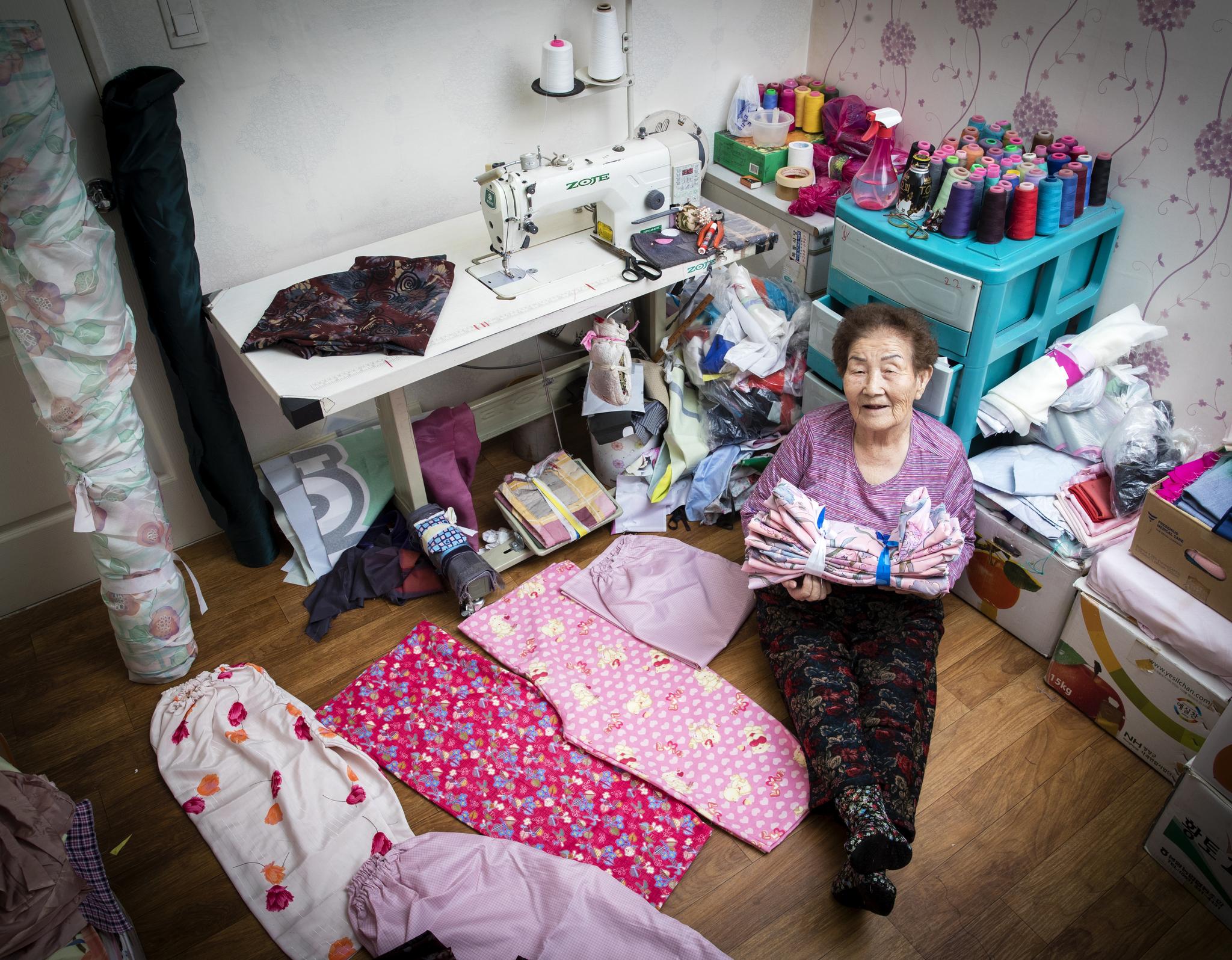 서두연 할머니는 열일곱에 일본에서 경남 마산으로 시집와서 힘든 시절을 지냈다. 스물네살부터 농촌지도소 활동을 통해 봉사활동을 시작했고 이후 재봉틀로 옷 만드는것을 배워 나눔을 이어갔다. 서 할머니는 한 해에 약 1500벌의 몸빼바지를 만들어 시설 등에 기부하고 있다. 서 할머니가 집이자 작업실에서 직접 만든 몸빼바지와 함께 포즈를 취하고 있다. 장진영 기자