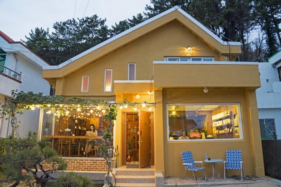 미륵산 자락 봉수골에 자리한 '내성적싸롱 호심'. 40년 된 낡은 이층집을 개조해 만든 카페다. 백종현 기자