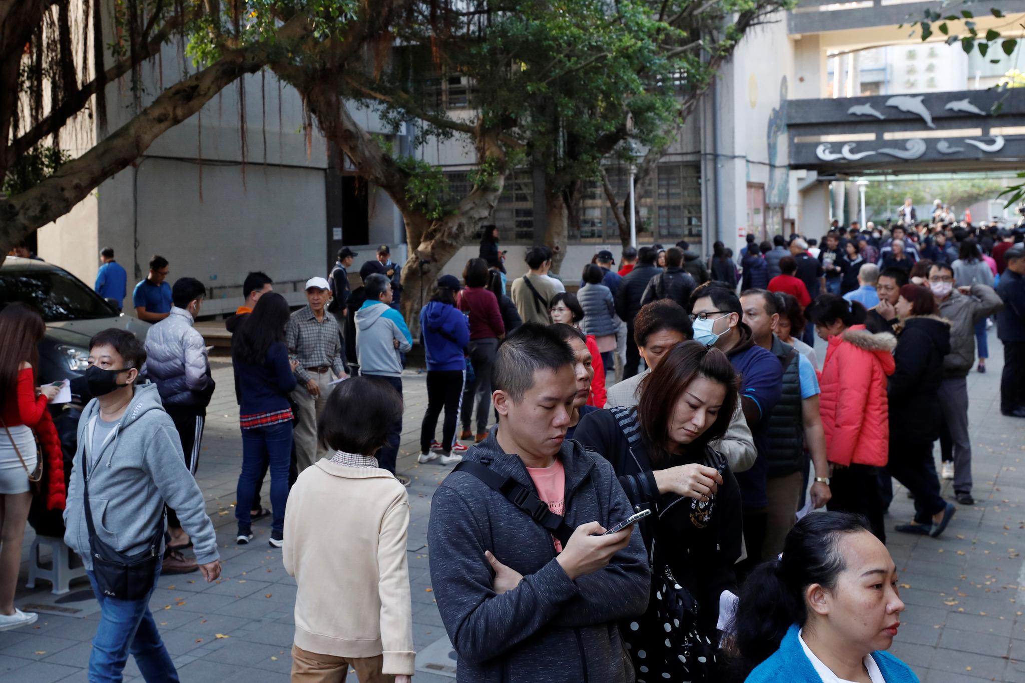 대만 차기 총통을 선출하는 투표가 실시된 11일(현지시간) 타이페이의 한 투표소에서 시민들이 투표를 하기 위해 길게 줄지어 서 있다. [로이터=연합뉴스]