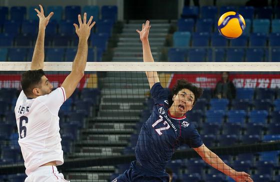 11일 중국 장먼에서 열린 남자 배구 2020 도쿄올림픽 아시아예선 준결승 이란과 경기에 나선 전광인(오른쪽). [사진 한국배구연맹]