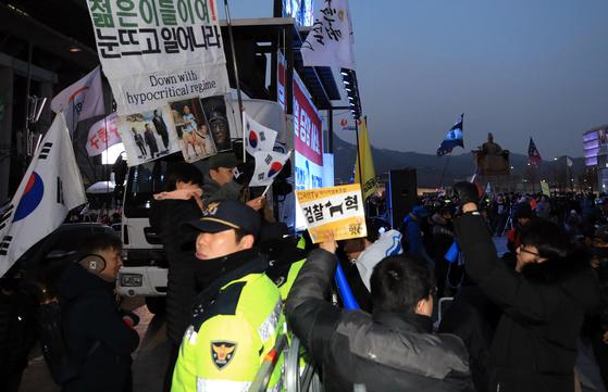 11일 오후 서울 세종대로 광화문광장 일대에서 진보·보수 각 성향 단체가 주도한 집회가 경찰 울타릴를 사이에 두고 동시에 열렸다. [뉴스1]