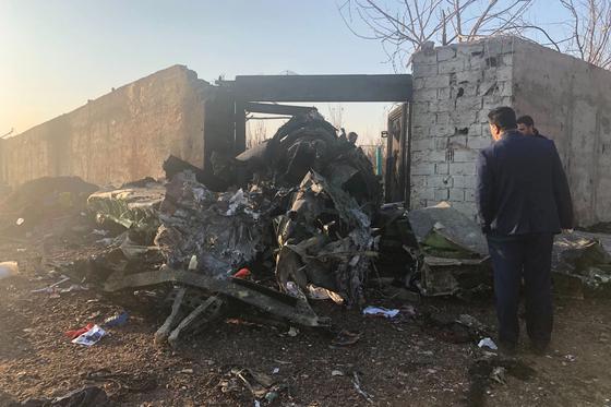 8일(현지시간) 이란에서 추락한 우크라이나 항공기의 잔해. [AP=연합뉴스]