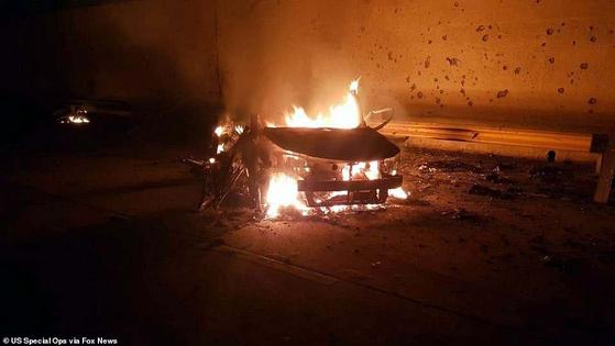 미국 드론 공격 직후 불타고 있는 가셈 솔레이마니 이란 쿠드스군 사령관의 차량 잔해. [사진 폭스뉴스 캡처]