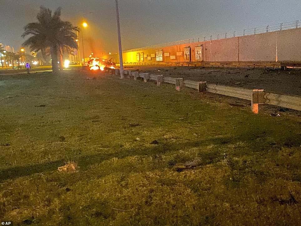 미국의 드론 공격으로 불에 타고 있는 솔레이마니가 탑승했던 차량 잔해. [AP, 폭스뉴스 캡처]