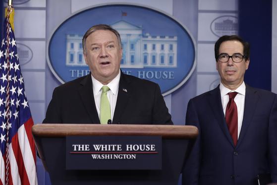 마이크 폼페이오 미국 국무장관(왼쪽)과 스티븐 므누신 재무장관. [AP=연합뉴스]