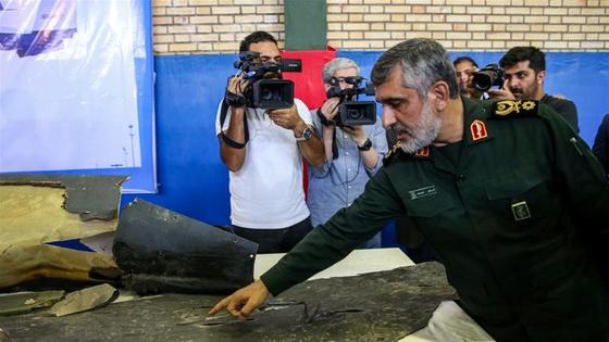 아미르 알리 하지자데 이란 혁명수비대 대공사령관이 지난해 6월 미군의 글로벌 호크를 격추시킨 후 잔해를 살펴보고 있다. [AFP=연합뉴스]