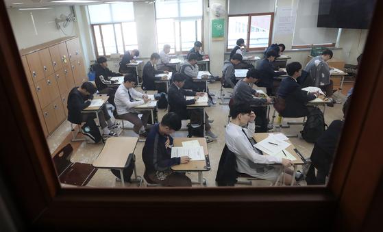 서울 중·고교 올해 지필고사 20% 논술·서술형…부모·교사 반발