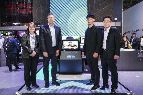 SK텔레콤과 싱클레어 방송그룹 관계자가 CES 2020에서 ATSC3.0방송을 삼성전자 부스에 설치된 콕핏을 통해 시연했다. 두 회사는 합작사 캐스트닷에라를 설립하고 미국 방송 시장에 ATSC3.0방송을 올 안에 선보일 계획이다. [SK텔레콤 제공]