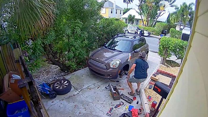 차고에서 차량정비를 하고 있던 제이슨을 출동한 경찰들이 불러 세우고 있다. [유튜브 캡쳐]