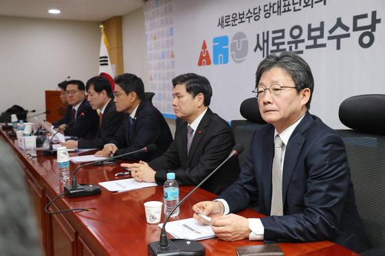 새로운보수당 유승민 보수재건위원장(오른쪽)이 13일 오전 서울 여의도 국회에서 열린 당대표단 회의에서 참석자의 발언을 듣고 있다. [연합뉴스]