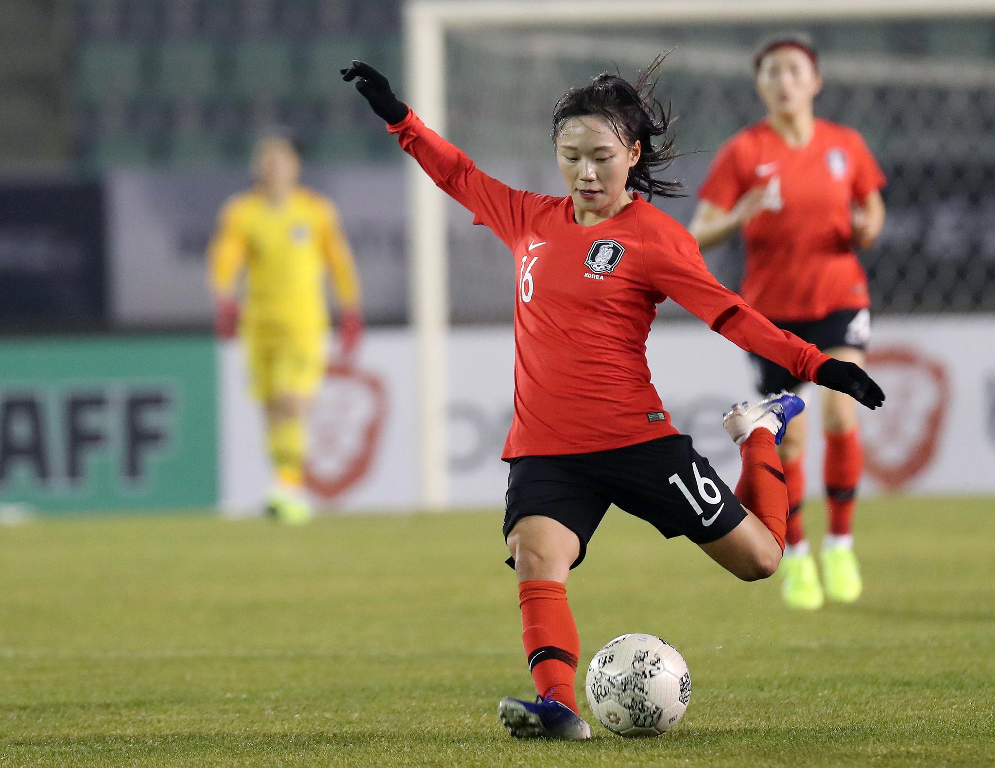 지난달 17일 부산 서구 구덕운동장에서 열린 동아시안컵 일본전에서 한국 장슬기가 패스를 시도하고 있다. [뉴스1]
