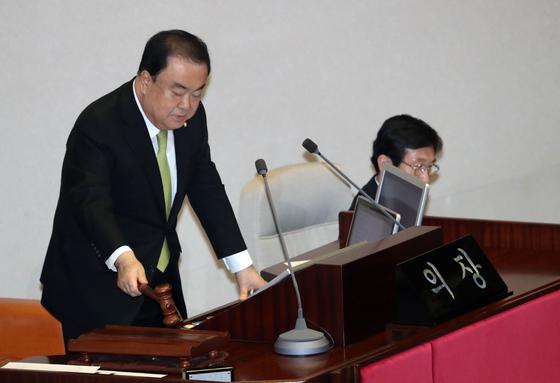 문희상 국회의장이 13일 오후 서울 여의도 국회에서 열린 본회의에서 의사봉을 두드리며 개의를 선언하고 있다. [뉴스1]
