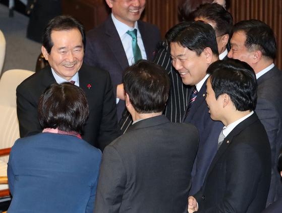 정세균 총리후보자가 13일 오후 서울 여의도 국회에서 열린 본회의에 참석해 임명동의안 투표를 마친 의원들과 인사를 나누고 있다. [뉴스1]