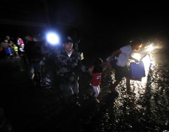 12일(현지시간) 필리핀 따가이따이 인근 지역의 따알 화산이 폭발한 가운데 주민들이 대피하고 있다. [EPA=연합뉴스]