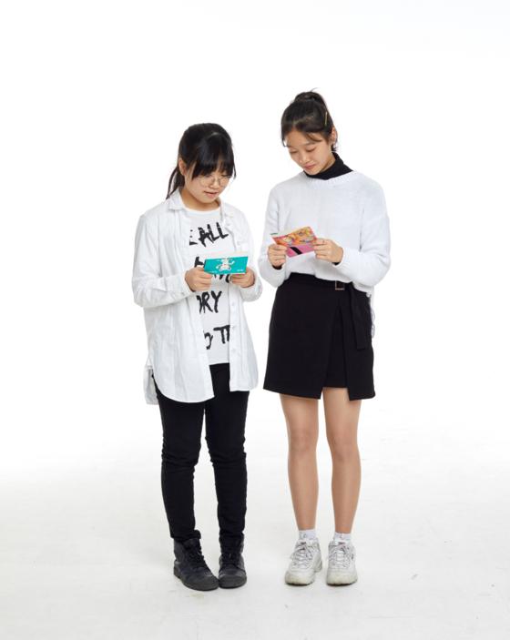(왼쪽부터)조온유, 김나연 학생기자가 각자의 통장을 살피고 있다.