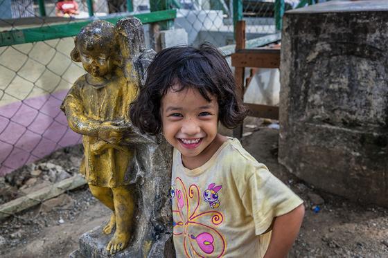 2005년 처음 가본 컴패션 현지. 필리핀의 한 관광지 인근에 무덤들 사이로 슬럼이 형성되어 있었다. 역설적이게도 무덤마을보다 충격이었던 것은 그곳에서 들려온 어린이들의 해맑은 웃음소리였다. [사진 허호]